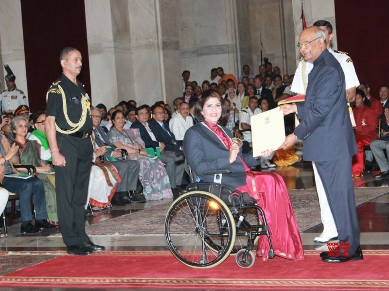 President giving award to Deepa Malik